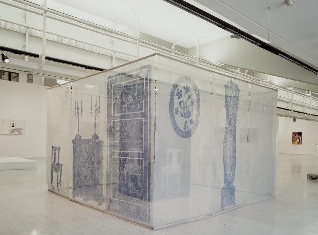"""Ana Vieira, """"Ambiente – Sala de Jantar"""", 1971. Rede, prato em loiça, copos de vidro, faca em inox, CD-Rom, madeira pintada de branco, nylon pintado a spray azul e algodão pintado. Coleção Moderna"""
