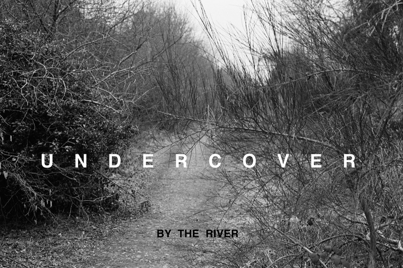 """Willie Doherty, """"Undercover / Unseen"""", 1985. Fotografia a preto-e-branco com texto, montada em alumínio. Coleção Moderna"""