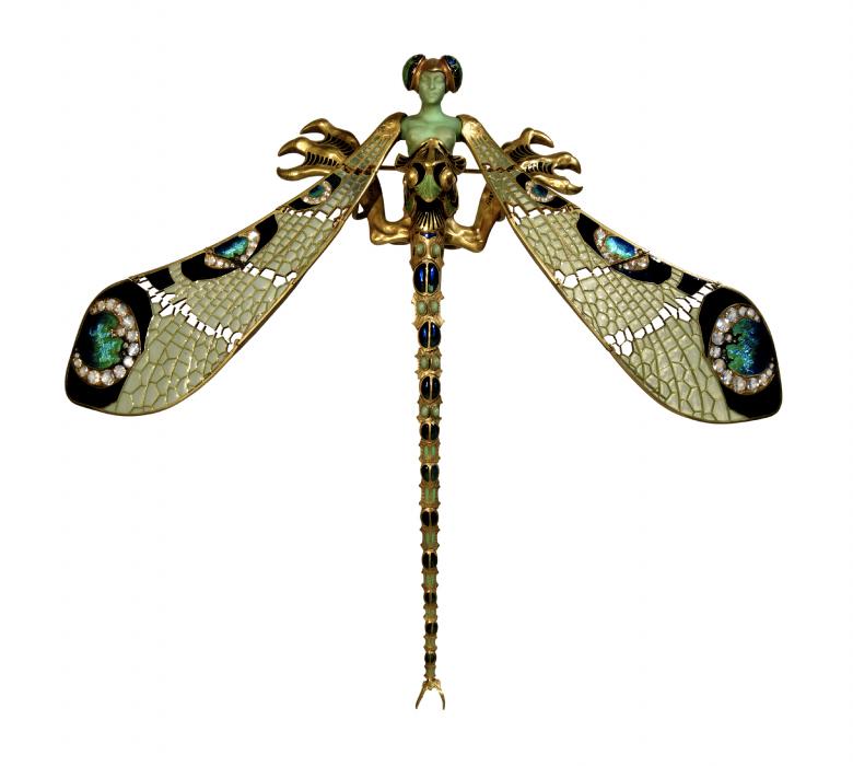 """René Lalique, Peitoral """"Libélula"""", c. 1897-1898. Ouro, esmalte, crisoprásio, calcedónia, pedras de lua e diamantes. Coleção do Fundador"""