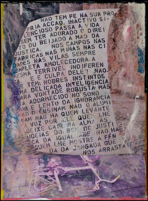 """Hugo Canoilas, """"With no faith in his own actions (…) No one showing the slit of the raft that carries us"""", 2014. Resina epóxi e pigmento sobre fotografia a cores montada em alumínio. Coleção Moderna"""