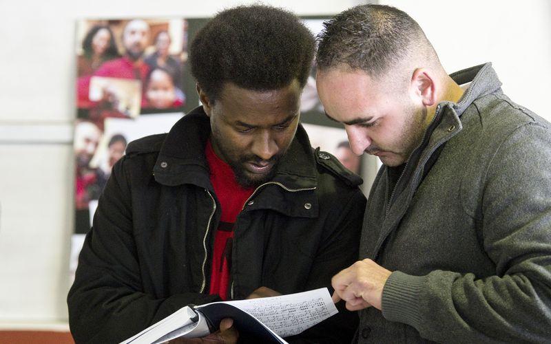 Mathieu Pinto, um veterano da Ópera na Prisão, ajuda outro recluso na leitura da partitura © Márcia Lessa