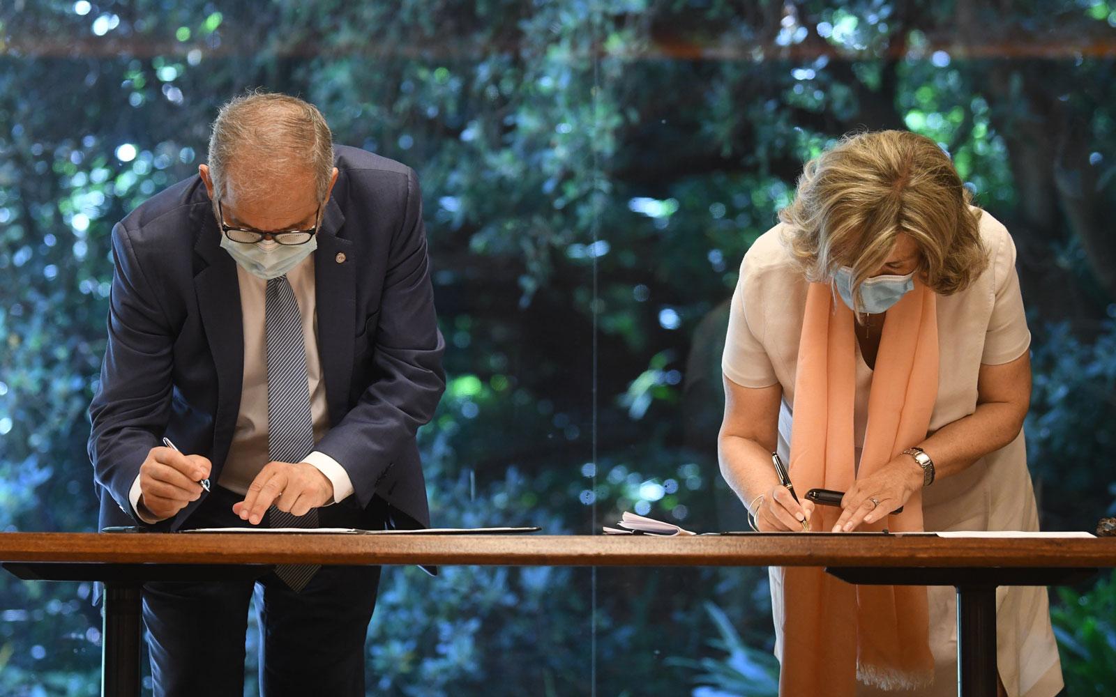 Fernando de Almeida, presidente do INSA, e Isabel Mota, presidente da FCG, assinam protocolo de colaboração © Márcia Lessa
